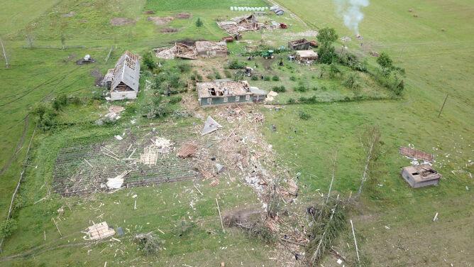 Budynki zmiecione z powierzchni ziemi. <br />Skutki przejścia trąby powietrznej