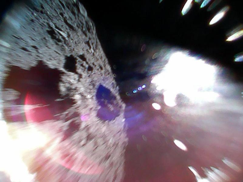 Zdjęcie asteroidy Ryugu w trakcie podskoku łazika Rover-1A (JAXA)
